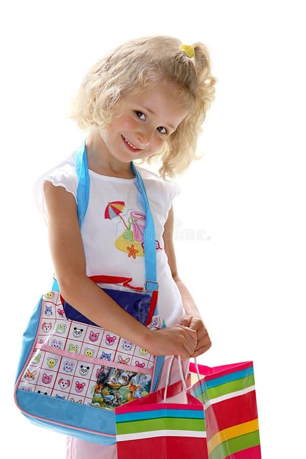 Mädchen nach dem Einkauf auf dem Weiß stockfotografie