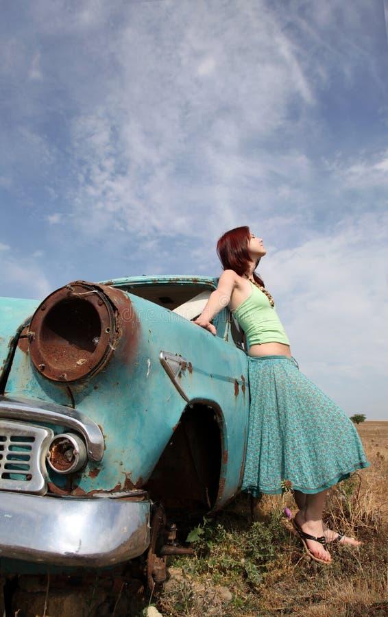 Mädchen nahe altem Auto stockbild