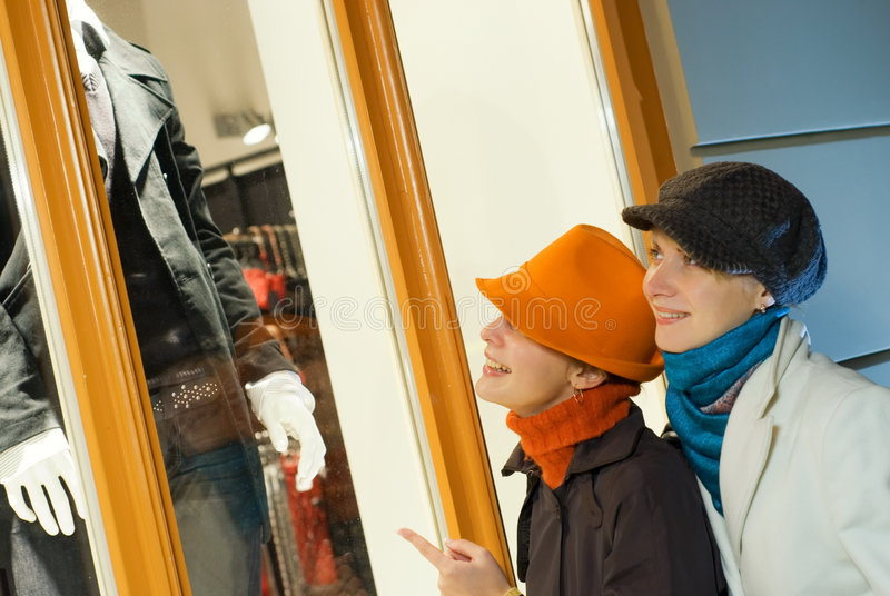 Mädchen nahe dem Systemfenster stockfoto