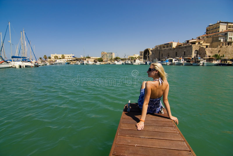 Mädchen nahe den Yachten lizenzfreie stockbilder