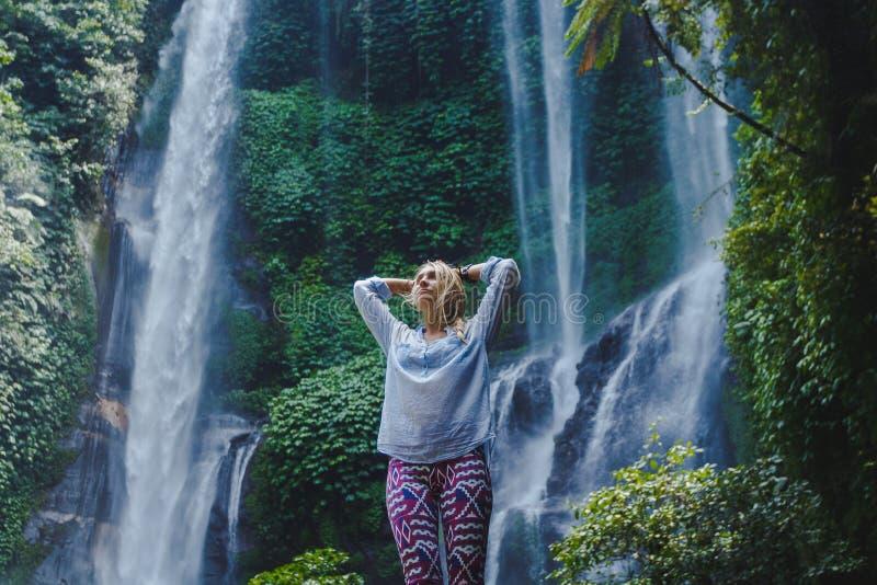 Mädchen nahe Wasserfall lizenzfreies stockfoto