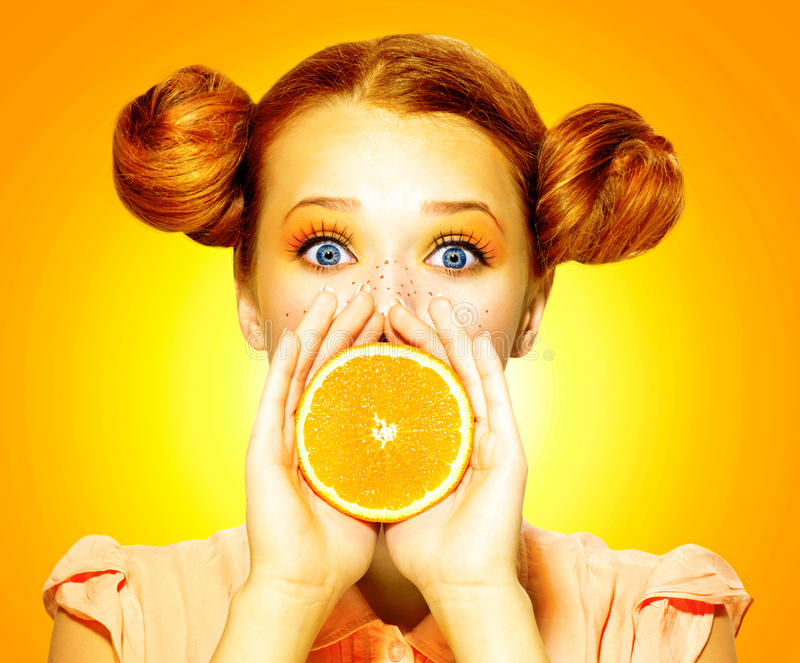 Mädchen nimmt saftige Orange stockbilder