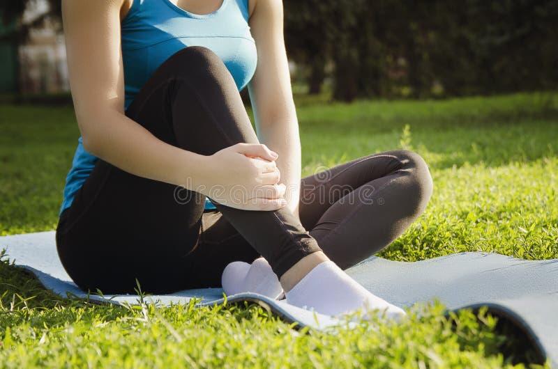 Mädchen nimmt an Yoga im Park teil und tut Übungen Training auf der Straße am Sommermorgen Konzeptsport gesund lizenzfreie stockfotografie