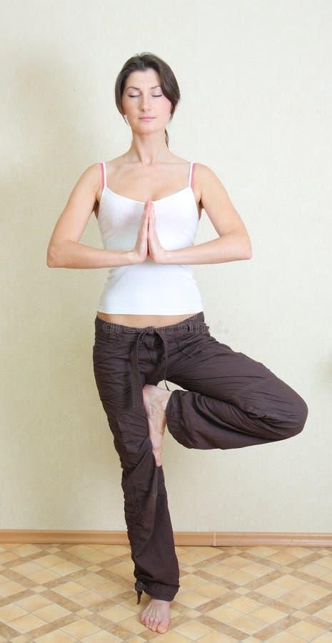 Mädchen nimmt an Yoga teil lizenzfreie stockfotos