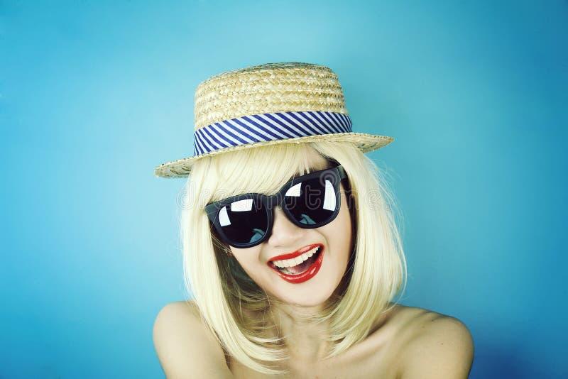 Mädchen-Partei, junge Frau mit Sonnenbrille, tragende Sonnenbrille des lustigen Mädchens und Parteihut lizenzfreie stockfotografie
