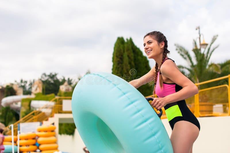 Mädchen am Pool, das eine gute Zeit, spielend mit Gummifloss hat lizenzfreie stockfotografie
