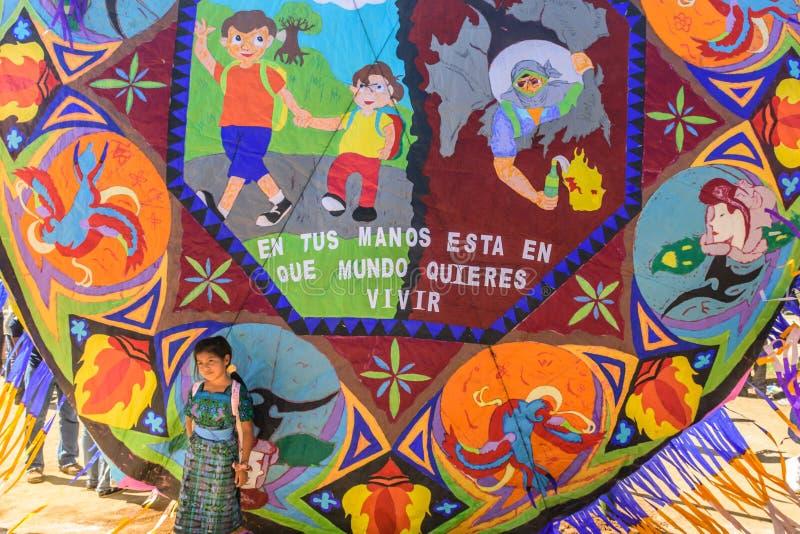 Mädchen am riesigen Drachenfestival, der Allerheiligen, Guatemala lizenzfreie stockfotos