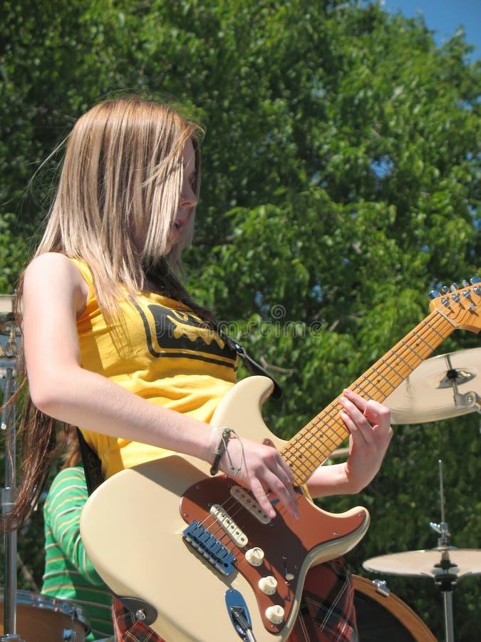 Mädchen-Rockband auf Stufe stockbild