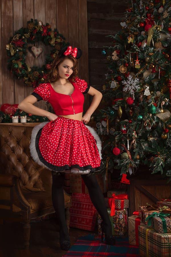 Mädchen in rotem Mickey-Kostüm lizenzfreie stockfotos