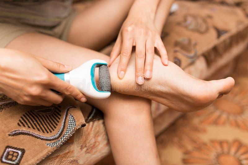 Mädchen säubert die Ferse auf dem Fuß lizenzfreies stockfoto