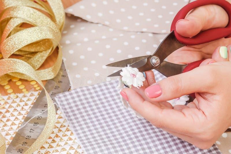 Mädchen ` s Hand schnitt Papier und scrapbooking für, die die Heirat oder andere festlich sind stockbilder