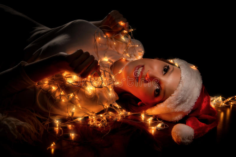 Mädchen in Sankt-Hüten haben ein Weihnachten lizenzfreies stockfoto