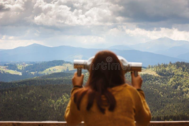 Mädchen schaut in den teleskopischen Ferngläsern lizenzfreie stockbilder