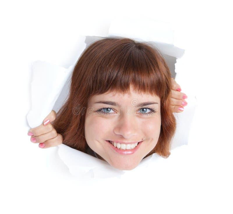 Mädchen schaut durch ein Loch lizenzfreies stockfoto