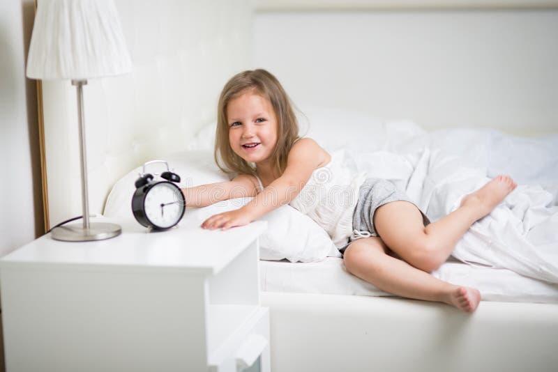 Mädchen schläft im Bett stockbild