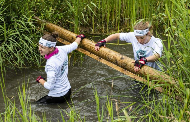 Mädchen-Schlamm-Rennen in Biddinghuizen lizenzfreie stockbilder