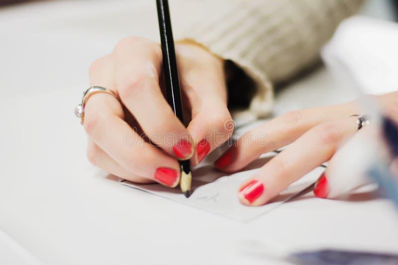 Mädchen-Schreiben auf einem Cootie-Fänger stockbilder