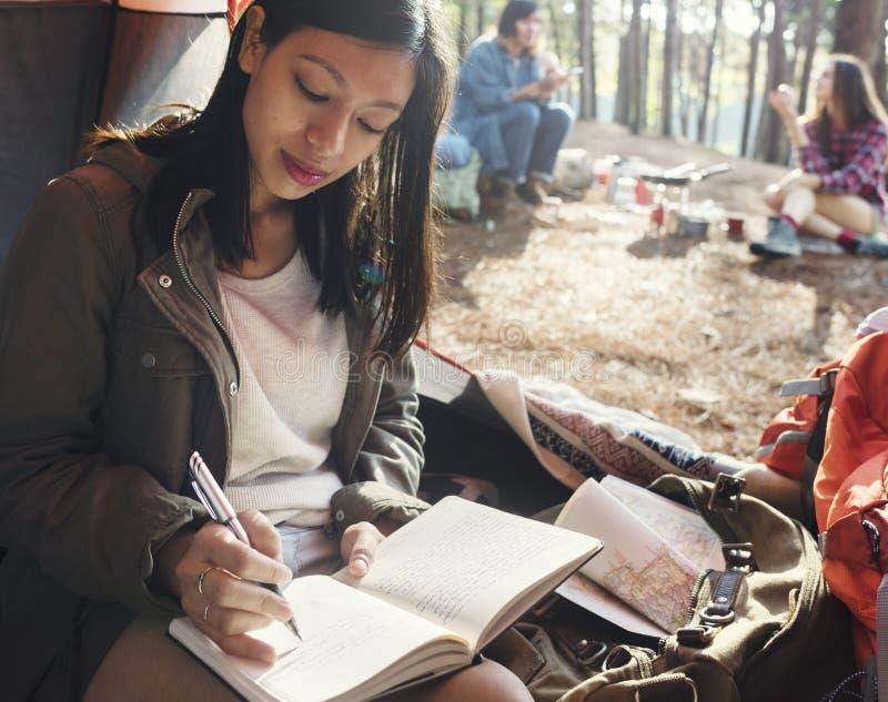 Mädchen-Schreibens-Zeitschriften-Zelt-Konzept lizenzfreies stockfoto