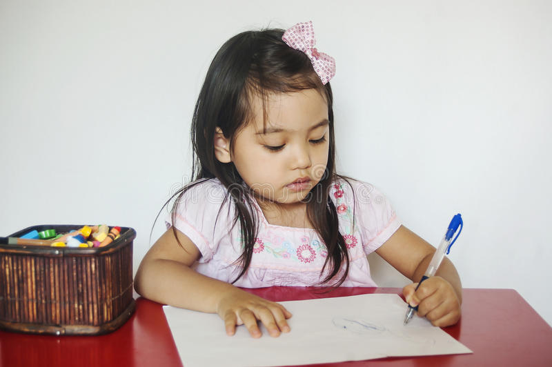 Mädchen schreibt auf Papier stockbild