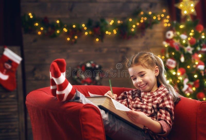 Mädchen schreibt den Brief zu Sankt lizenzfreies stockfoto