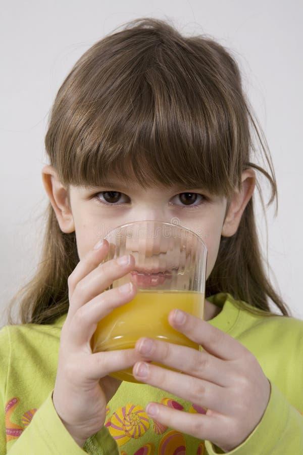 Download Mädchen Sieben Jahre Orangensaft Des Alten Getränks Stockfoto - Bild von adorable, saft: 9086610