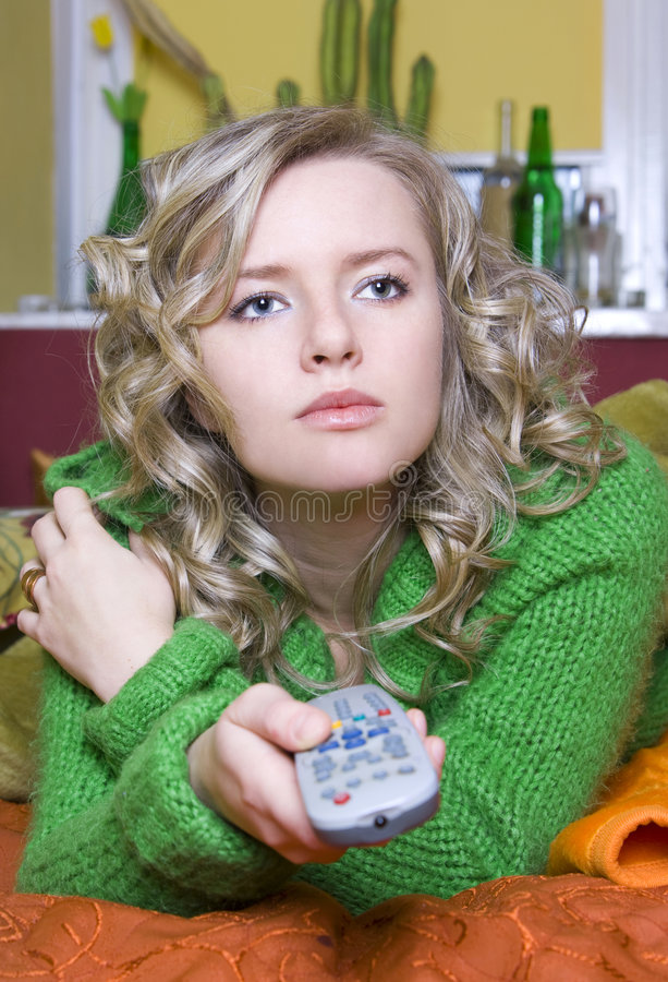 Mädchen sieht fern stockbilder