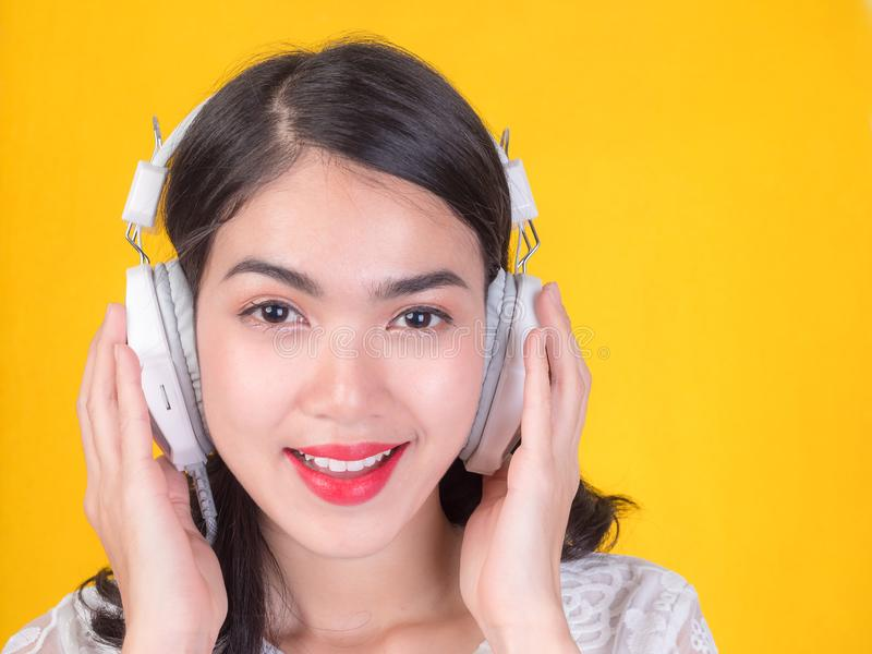 Mädchen sind glücklich, sich zu entspannen, indem sie Musik hören stockbilder