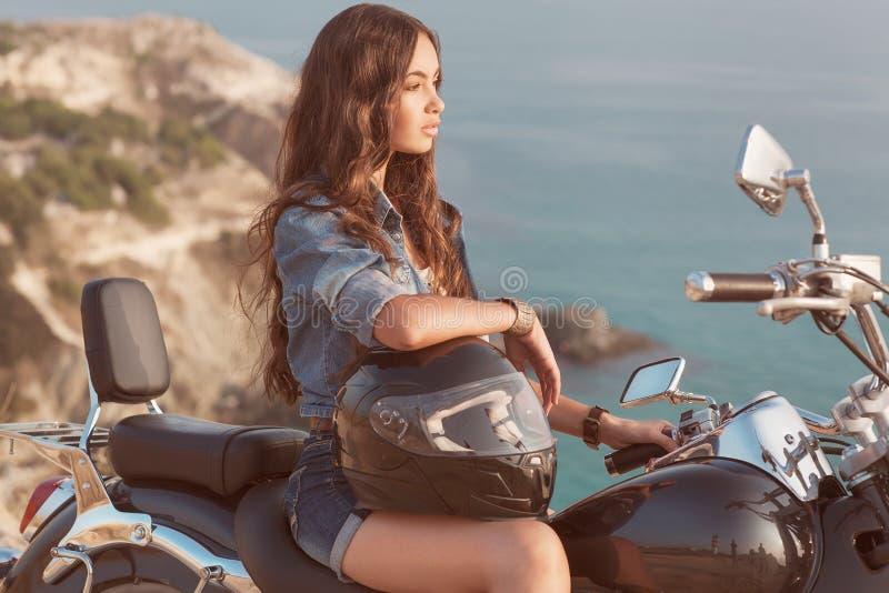 Mädchen sitzt auf einem Motorrad. stockfotos