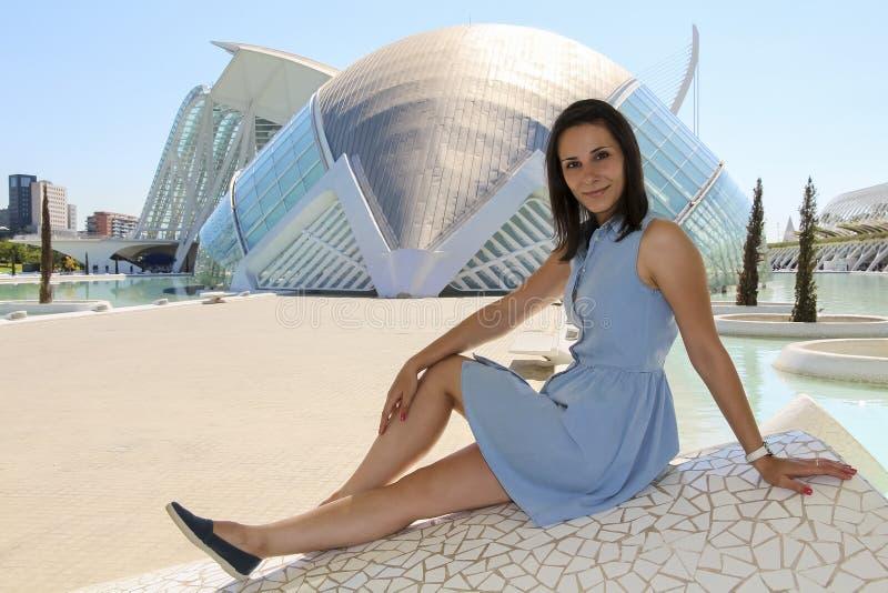 Mädchen sitzt in der Stadt von Künsten und von Wissenschaften in Valencia 23. September 2014 in Valencia, Spanien lizenzfreies stockbild