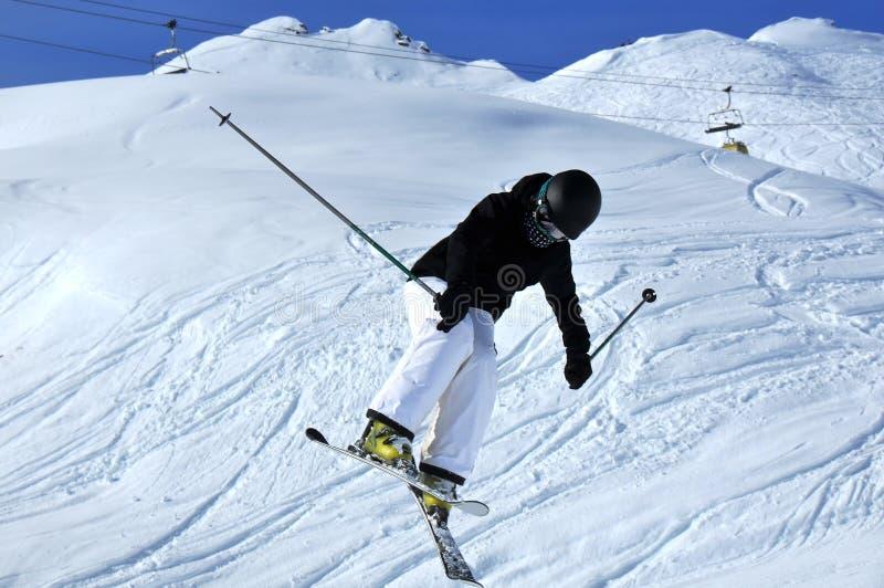 Mädchen-Skifahrerspringen lizenzfreie stockfotos