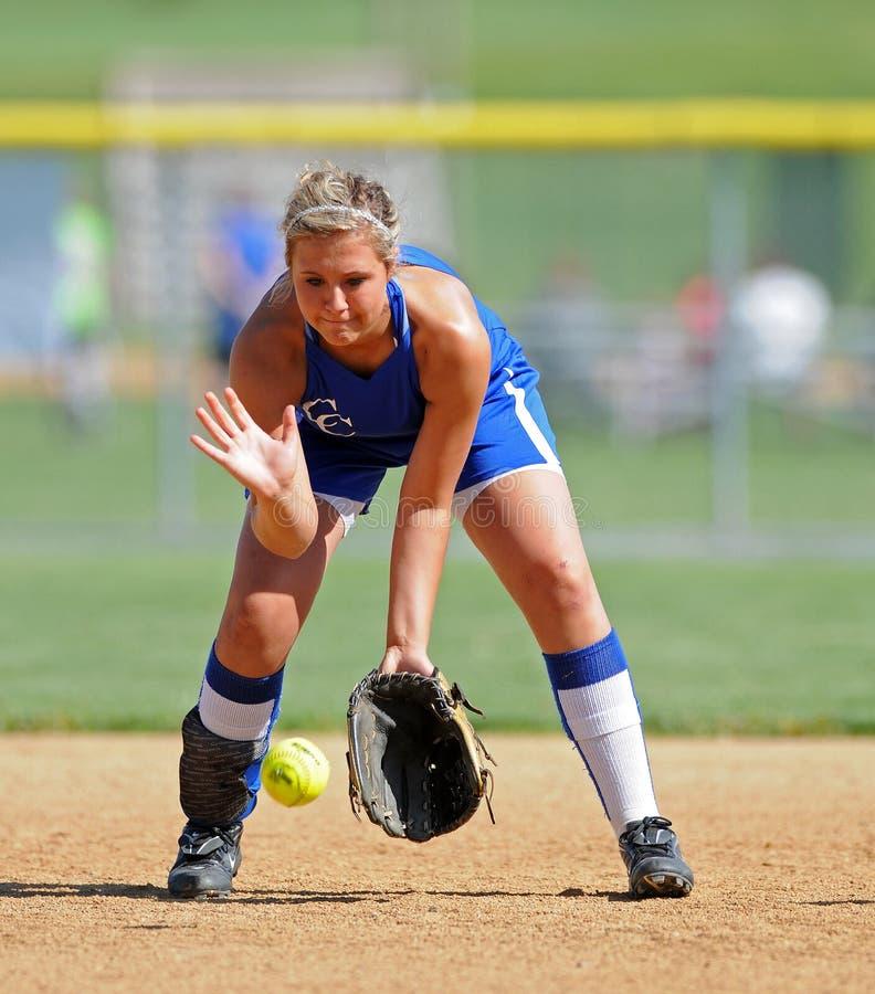 Mädchen-Softball - Aufstellen eines Bodenballs stockfotografie