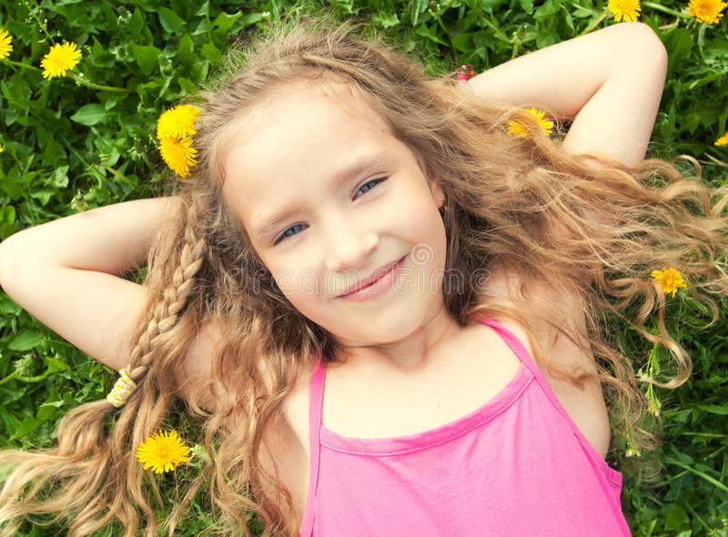 Mädchen am Sommer stockfotos