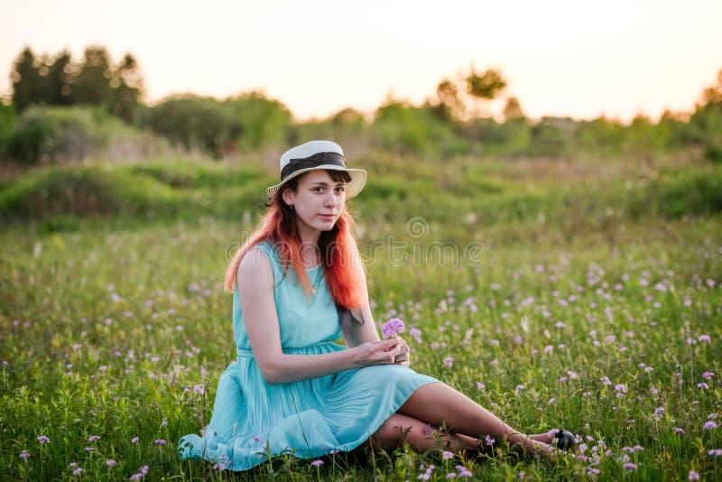 Mädchen, Sommer, das Konzept des Lebensstil-jungen Mädchens auf dem Gebiet w lizenzfreies stockfoto
