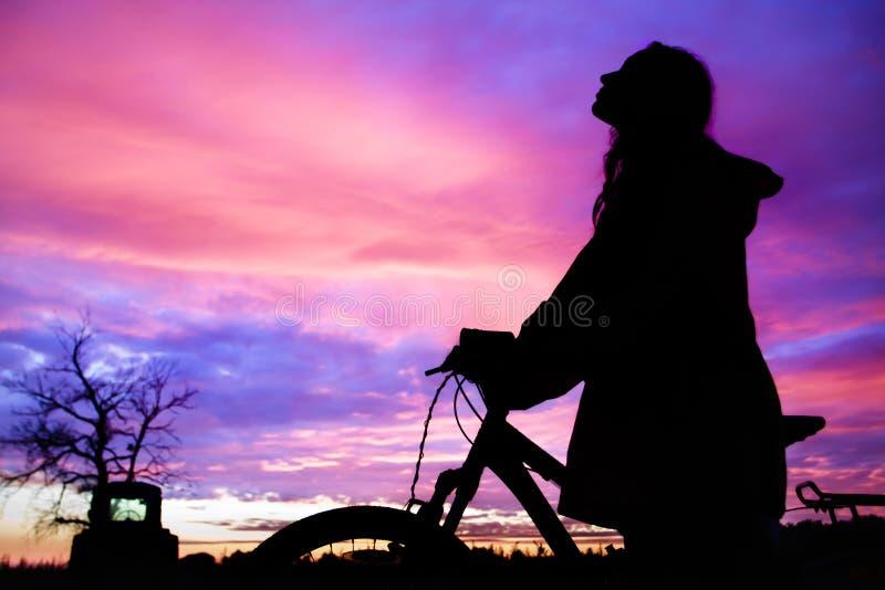 Mädchen am Sonnenuntergang lizenzfreie stockfotos