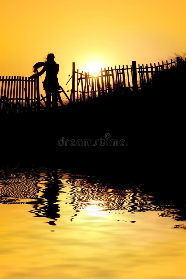 Mädchen am Sonnenuntergang lizenzfreies stockfoto