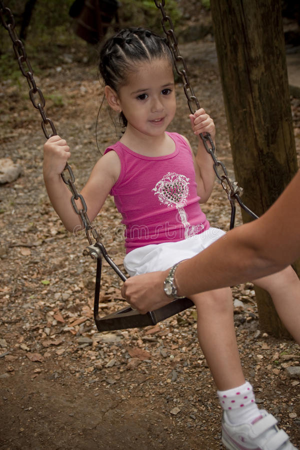 Mädchen am Spielplatz lizenzfreies stockbild