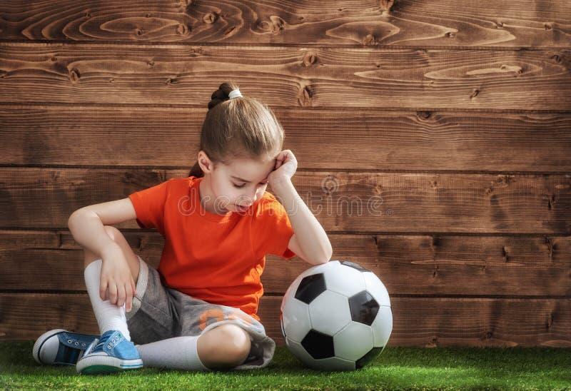 Mädchen spielt Fußball stockbild