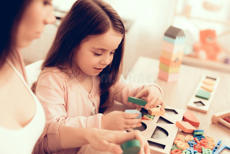 Mädchen spielt sich entwickelndes Brettspiel für Kinder lizenzfreies stockfoto