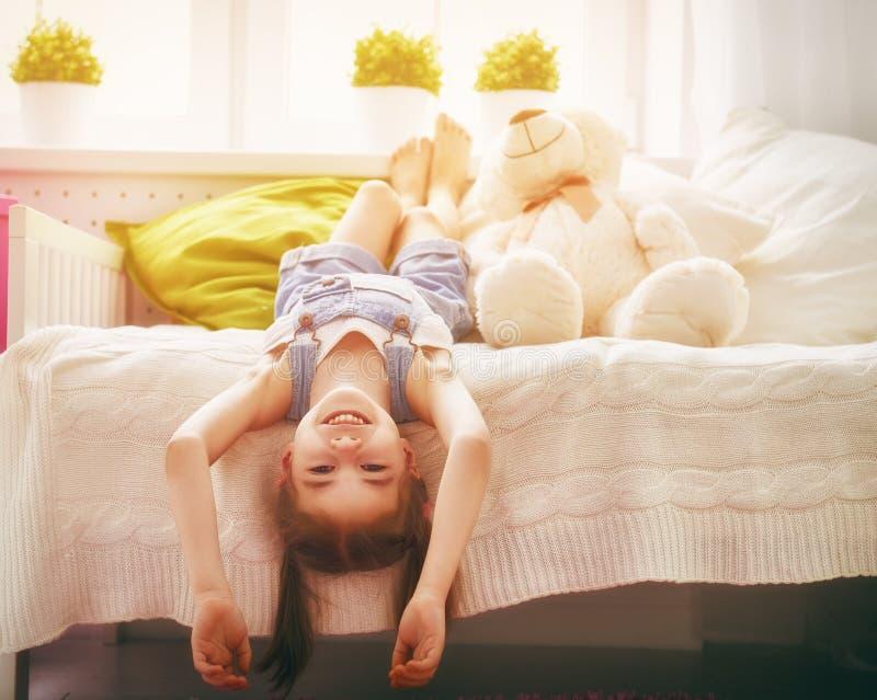 Mädchen spielt zu Hause stockbilder