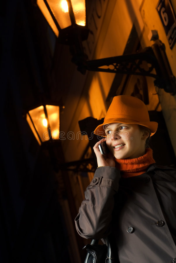 Mädchen spricht am Telefon stockfoto