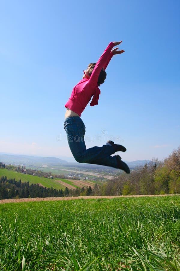 Mädchen springen lizenzfreie stockfotos
