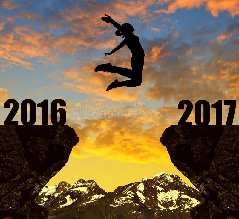 Mädchen springt zum neuen Jahr 2017 lizenzfreies stockfoto