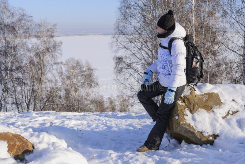 Mädchen steht auf dem Ufer von Baikal lizenzfreie stockfotografie