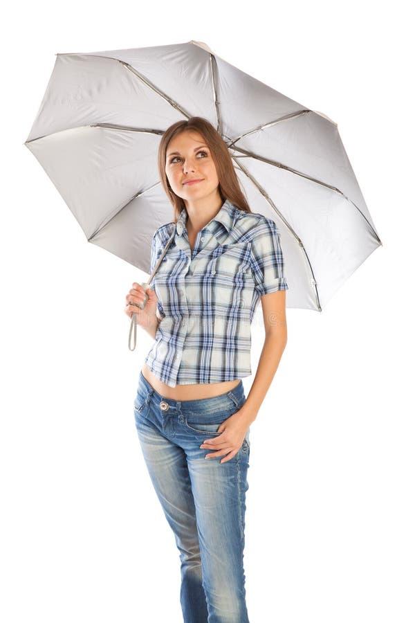 Mädchen steht unter dem Regenschirm stockfotografie