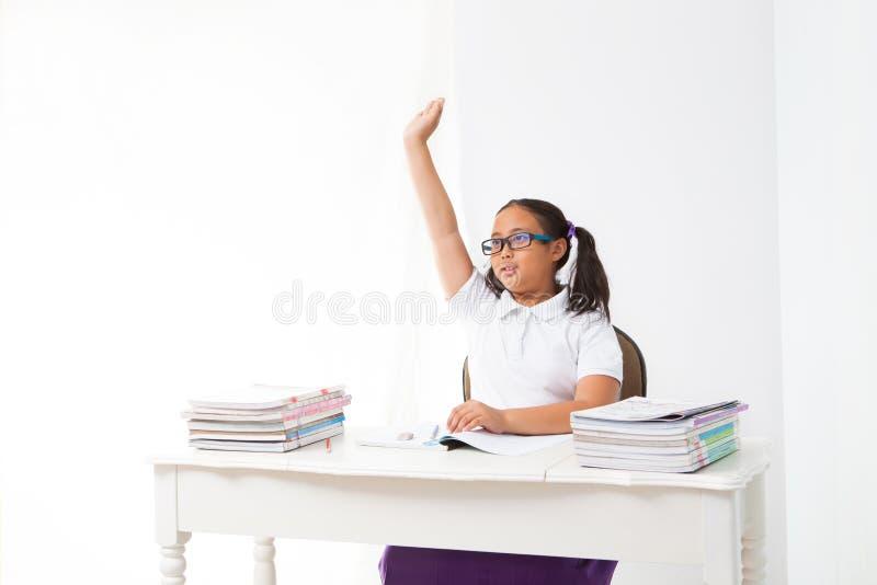 Mädchen steigen ihre Hand im Klassenzimmer stockbild