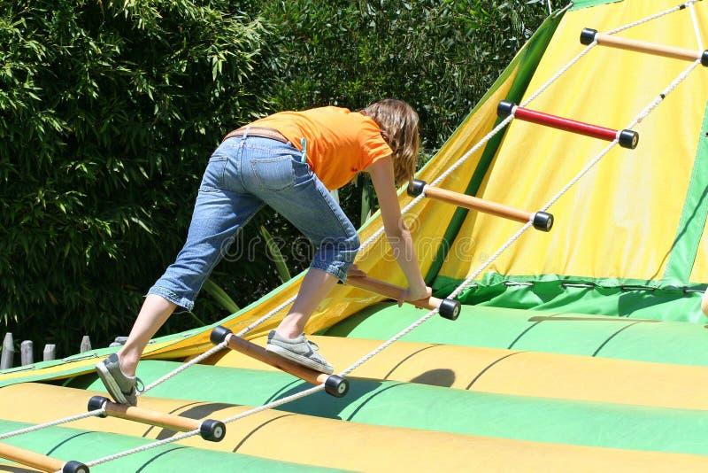 Mädchen-steigende Seil-Strichleiter Stockfoto