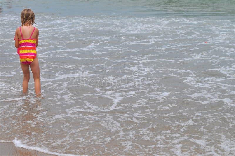 Mädchen am Strand stockfotografie