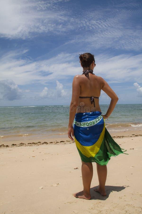 Mädchen am Strand lizenzfreie stockbilder