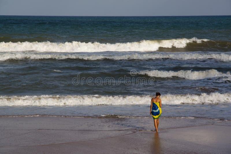 Mädchen am Strand lizenzfreies stockfoto