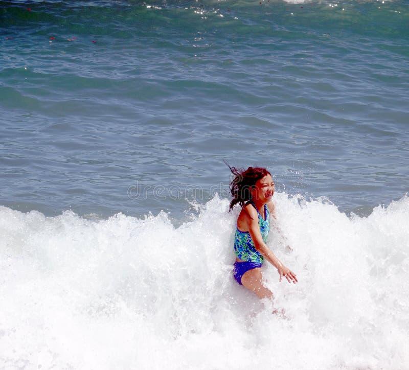 Mädchen am Strand in Barcelona lizenzfreies stockfoto